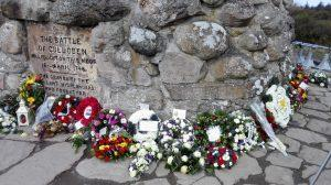 Kränze am Denkmal von Culloden Moor